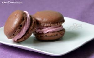 Macarons de chocolate con crema de queso y frambuesa